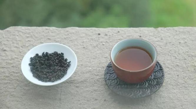 它像紅茶,又像烏龍茶,冷熱皆可泡!