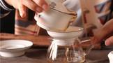 普洱茶正式冲泡前的洗茶很重要